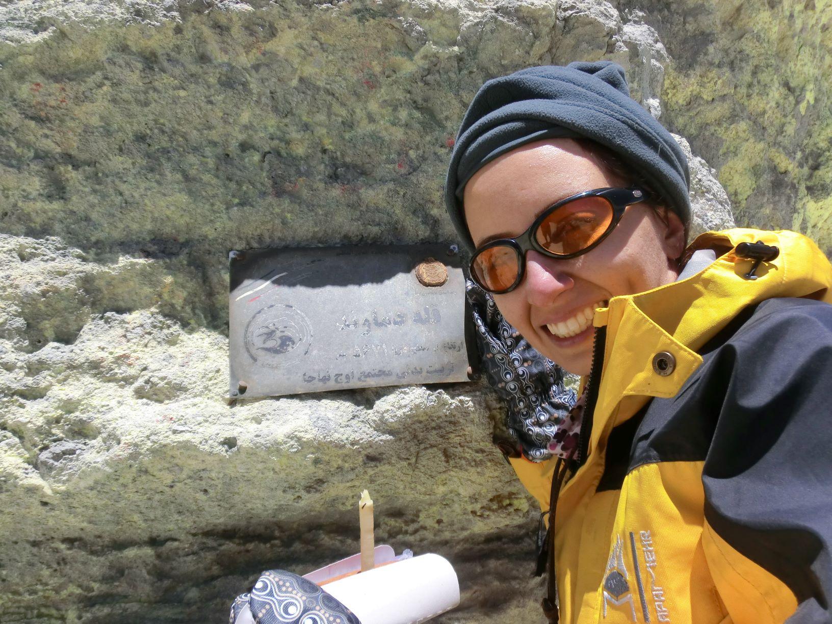انقدر ذوقزده بودم که تا رسیدم روی قله زار زار گریه کردم و دماغ قرمزم هم از اثرات گریه و سرماست