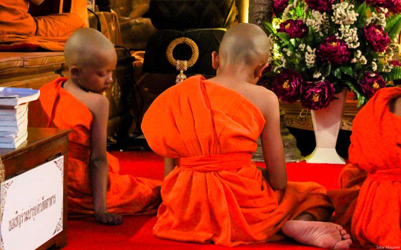 کودکهای معابد تایلندی که برای موبد شدن آموزش میبینند و مثل هر کودک دیگری شیطنت خودشون رو دارند