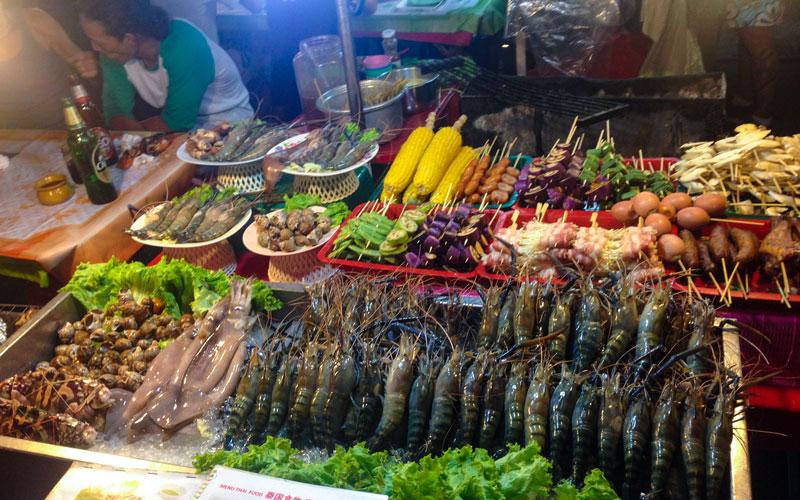 بازارهای شبانه چیانگ مای پر از غذاهای عجیب و غریباند. Photo by Salar Mousavi | RadioJoloun