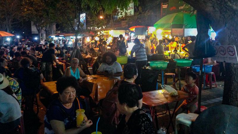 شنبه بازار شهر چیانگ مای پر از دکههای غذا و نوشیدنیه. Phot by Salar Mousavi   RadioJoloun