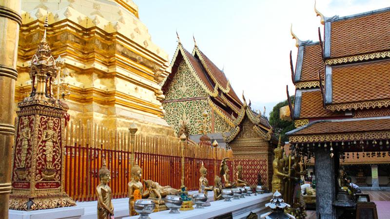 خیلی از گنبدهای معبد دوی سوتهپ شهر چیانگ مای با طلا پوشیده شده. تلالو نور طلایی غروب روی این گنبدهای مخروطی صحنه عجیبی به وجود آورده بود. Phot by Salar Mousavi   RadioJoloun