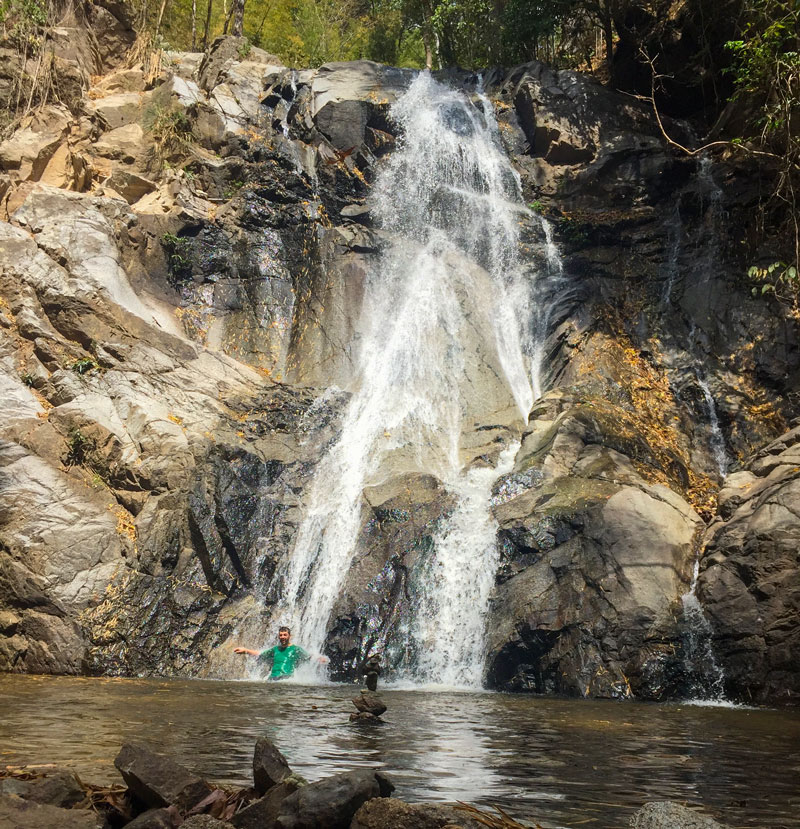 با اینکه رفتن زیر آبشار به خاطر احتمال سقوط سنگ کار درستی نیست اما گاهی نمیشه جلوی وسوسه رفتن زیر آب بعد از پیاده روی مقاومت کرد.